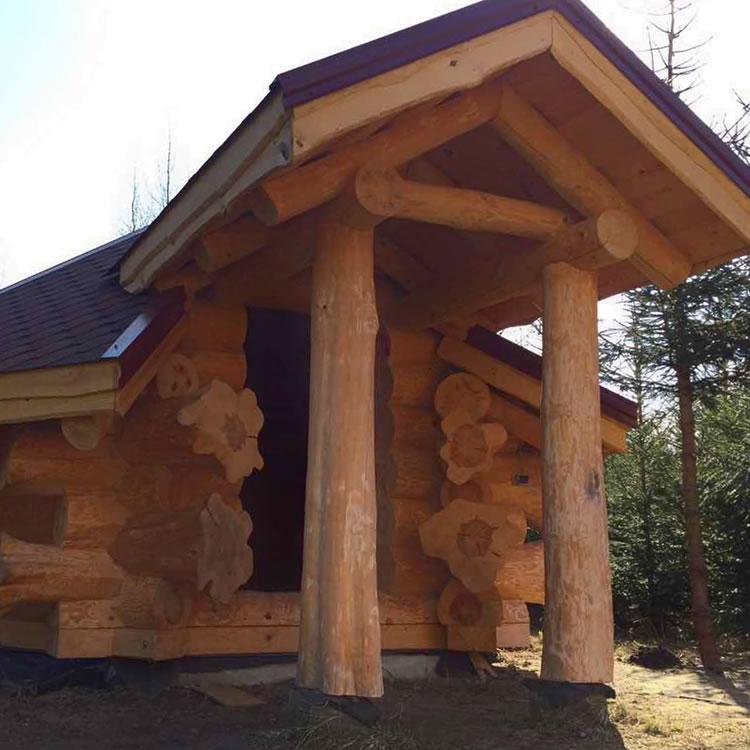 kleine Jagdhütte Blockhütte mit Vordach