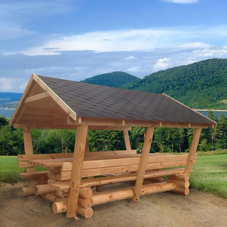 Naturstamm Pavillion mit Schindeldach im Hintergrund Berge Wald