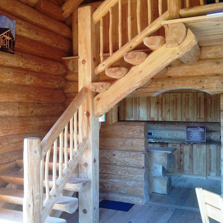 gewundene Blockhaus Treppe aus massiven Holz