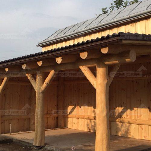 Naturstamm Flachdach Carport für ein Fahrzeug an einer Scheune