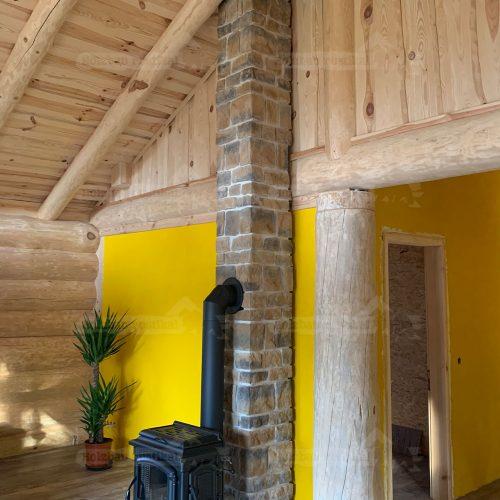 Blick auf Kamin und Schornstein im Innenbereich des Blockhauses