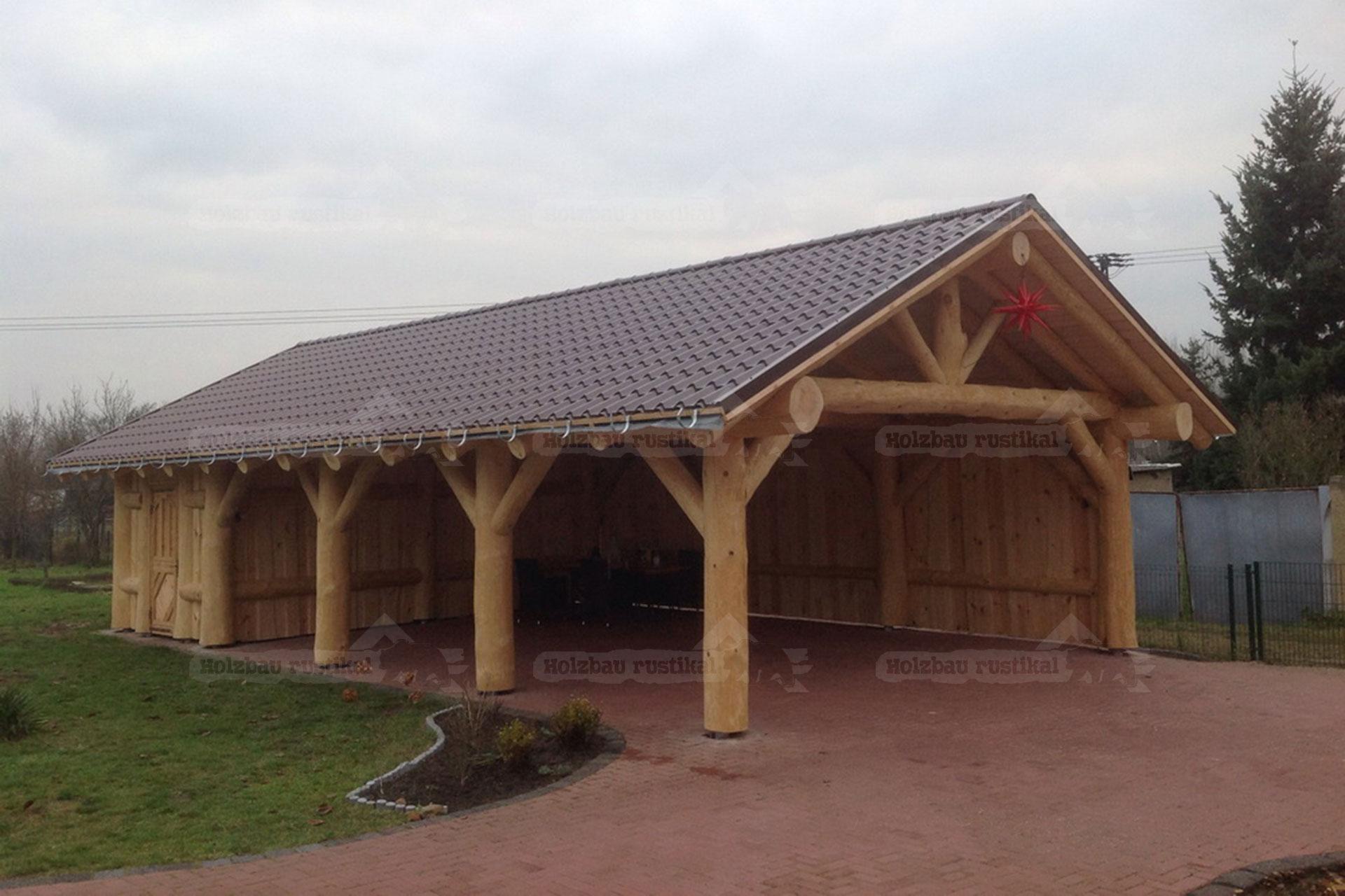 Naturstamm Carport fertig gebaut mit Begrünung