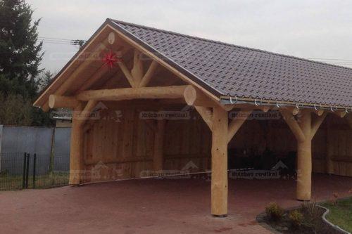 Naturstamm Carport mit Spitzdach von der Seite