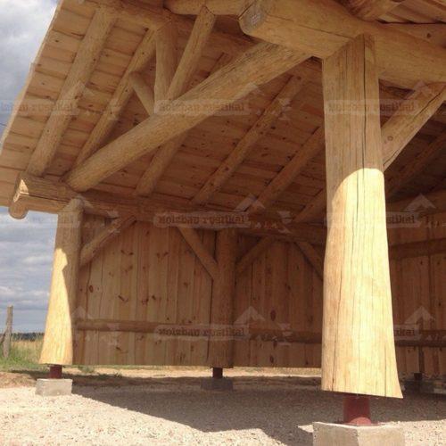 Blick auf Naturstamm Carport dicke Stützpfeiler